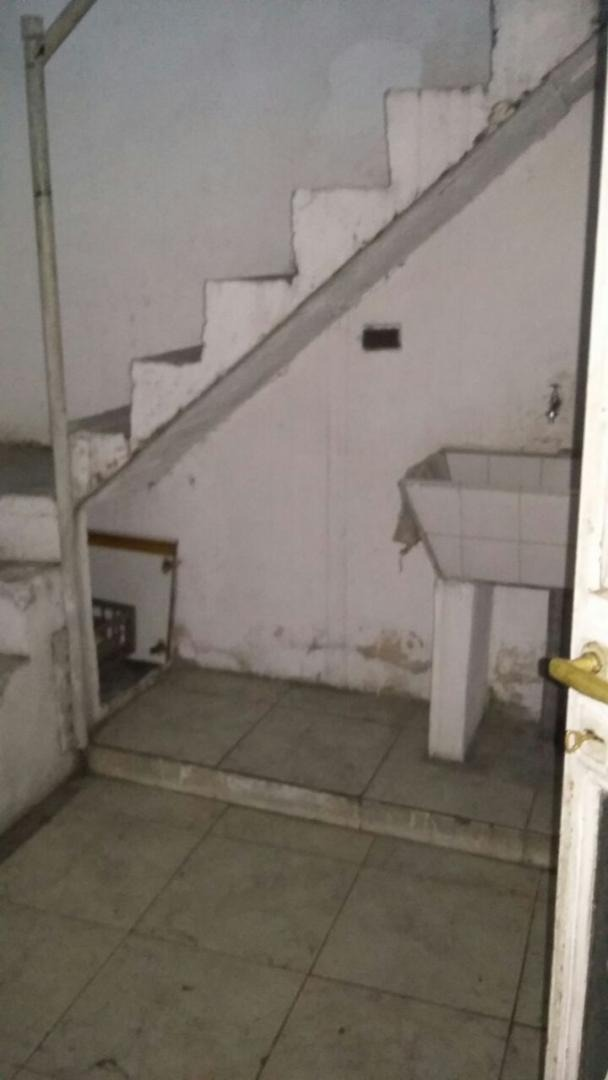 casa en ph al frente de 3 ambientes a modernizar con patio y terraza. venta inmediata! f: 4179