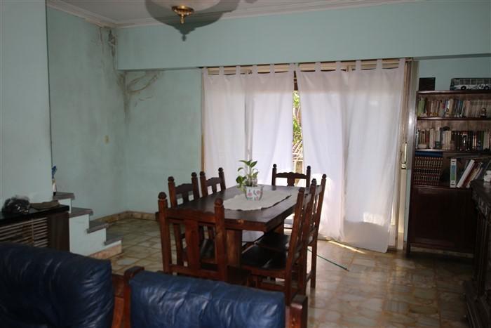 casa en planta alta con galpón en planta baja.