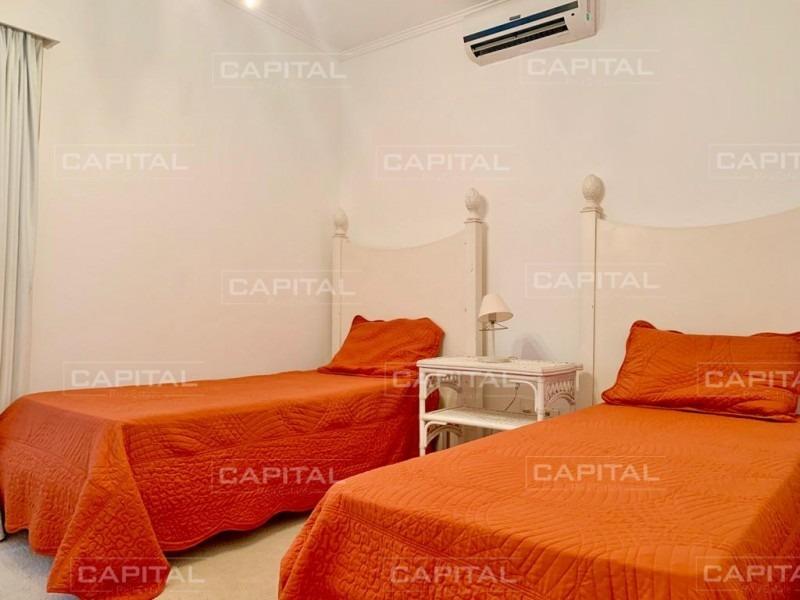 casa en playa mansa cuatro dormitorios a media cuadra del mar, pisicina y dependencia de servicio-ref:25102