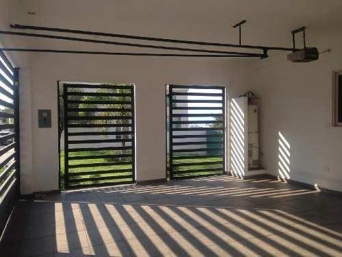 casa en renta en cumbres mediterraneo, con cuarto en planta baja y alberca techada