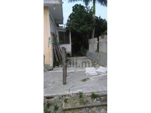 casa en renta en papantla 2 recamaras. ubicada en la colonia azteca en el municipio de tihuatlán. cuenta con recibidor, 2 recamaras una de ellas cuenta con cama matrimonial, buro, mesita y minisplit