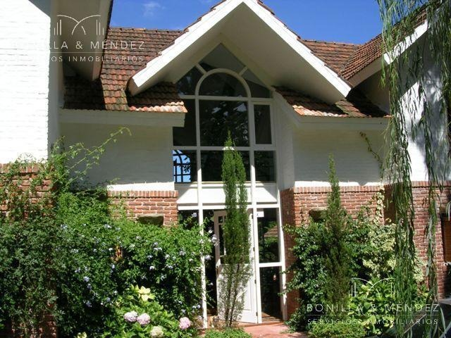 casa en rincon del indio, excelente ubicación y construcción