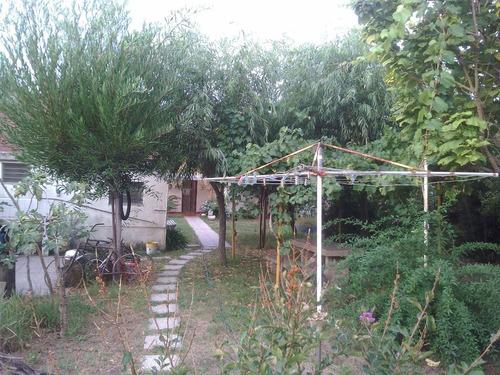 casa en terreno con gas natural y cloacas - calle 80 n° 370