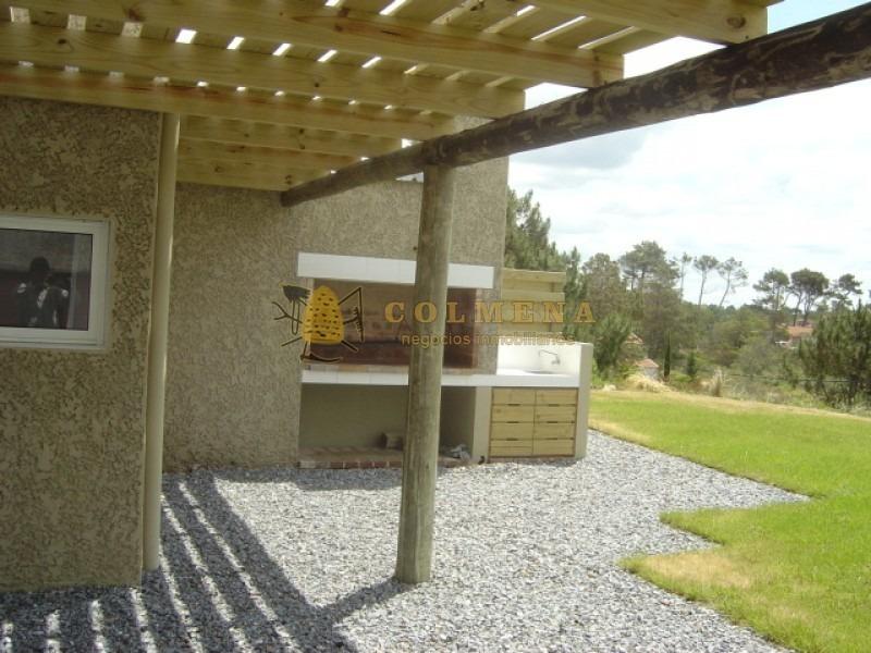 casa en tio tom de 3 y 1/2 dormitorios y 3 baños, living, comendor, parrillero, cocina independiente. consulte!!!!!!-ref:2331