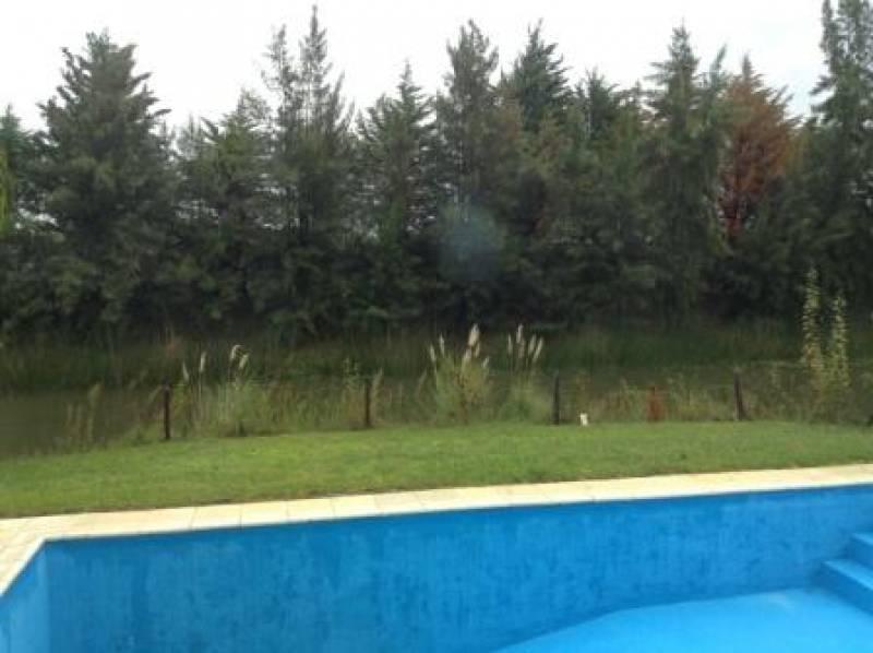 casa en una planta, al lago perimetral de las glorietas.
