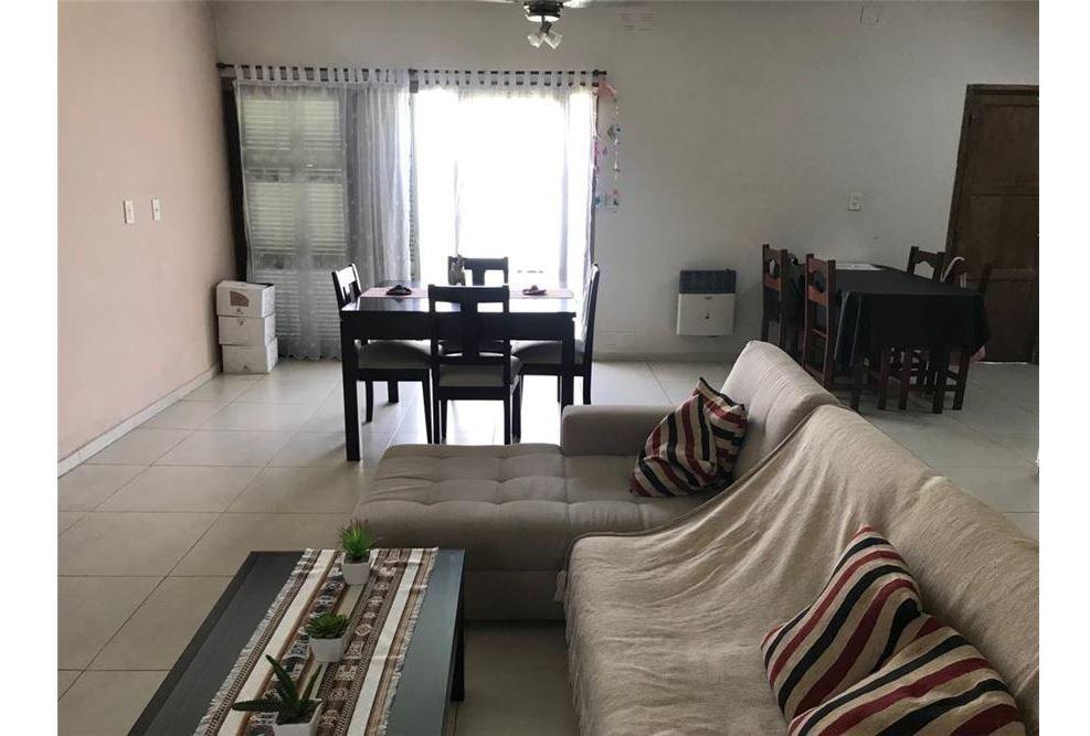 casa en venta. 2 dormitorios con cochera y patio.