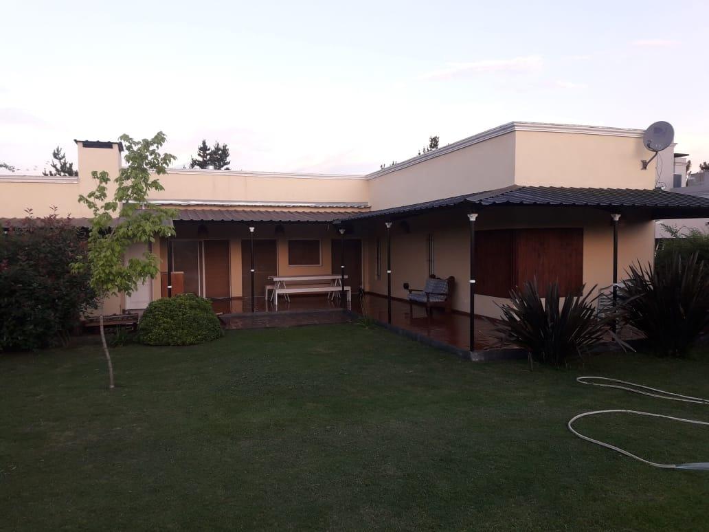 casa en venta, 2 dormitorios, living/cocina,comedor, pileta.