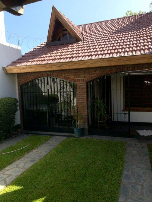 casa en venta a metros de la estación