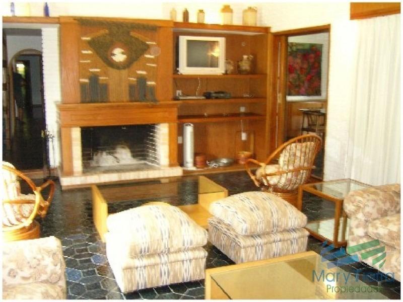 casa en venta. a seis cuadras del mar. dispone de cuatro dormitorios.-ref:1587