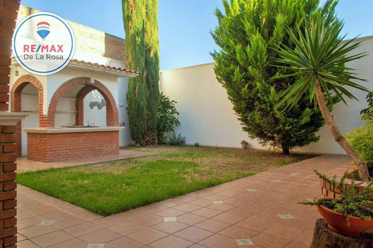 casa en venta con amplio  jardín fraccionamiento lomas del guadiana