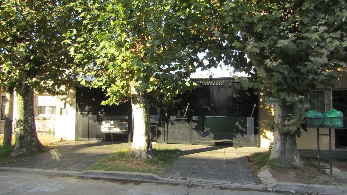 casa en venta con doble garage - jardin -pileta - quincho - y dpto independiente ideal renta
