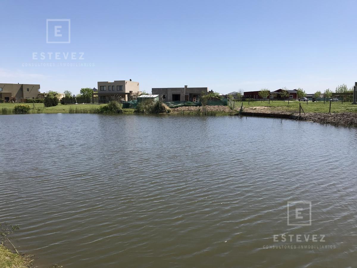 casa en venta con fondo a espejo de agua, barrio golf, el canton, escobar