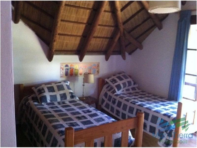 casa en venta. con tres amplios dormitorios.a metros del mar. punta del este.-ref:1629