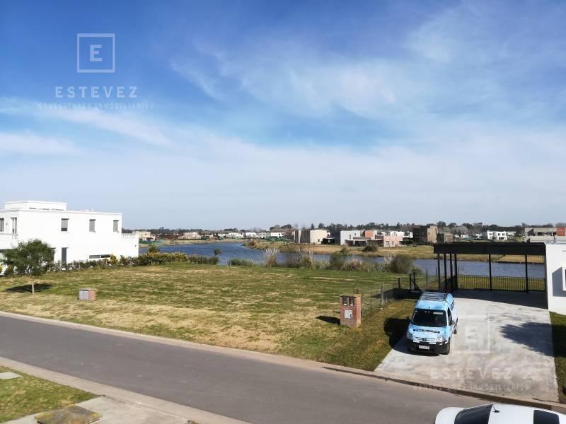 casa en venta con vista a la laguna. barrio cerrado san matías