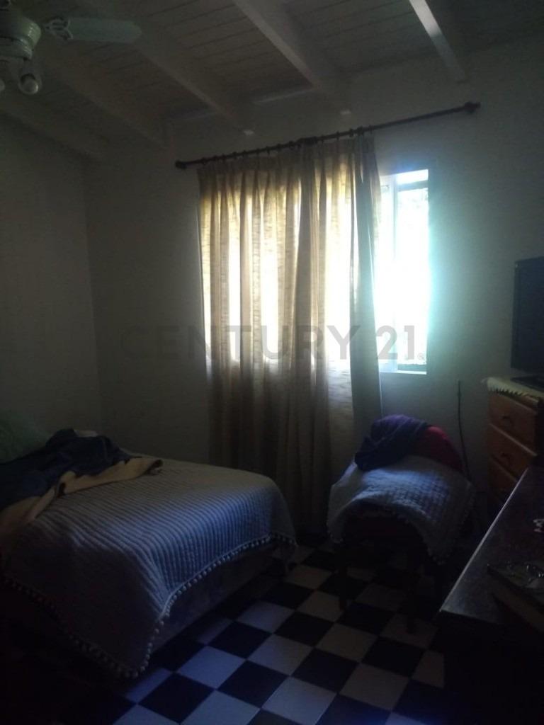 casa en venta de 2 dormitorios con cochera y parque en  la plata