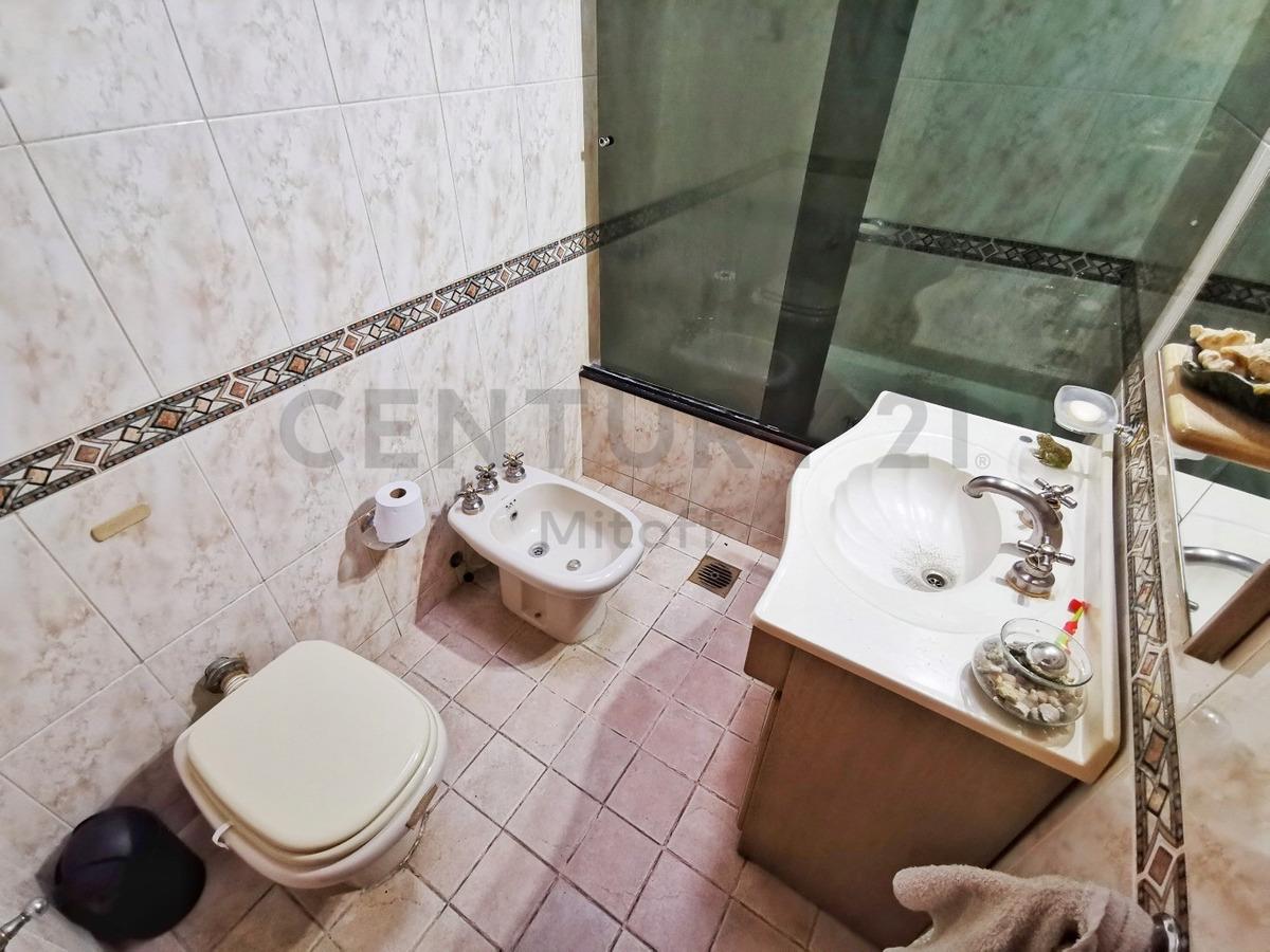 casa en venta  de 2/3 dormitorios y cochera la plata