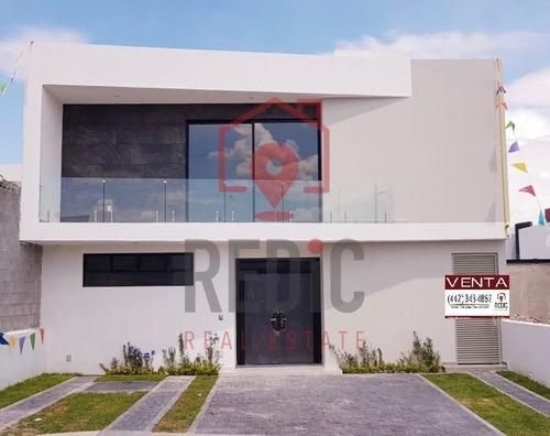 casa en venta de 4 hab + cto de servicio en lomas de juriquilla