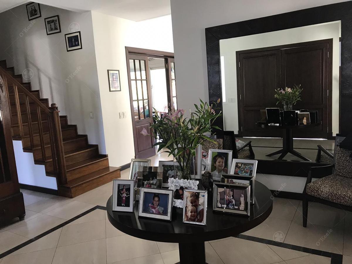 casa en venta de cinco ambientes con fondo verde