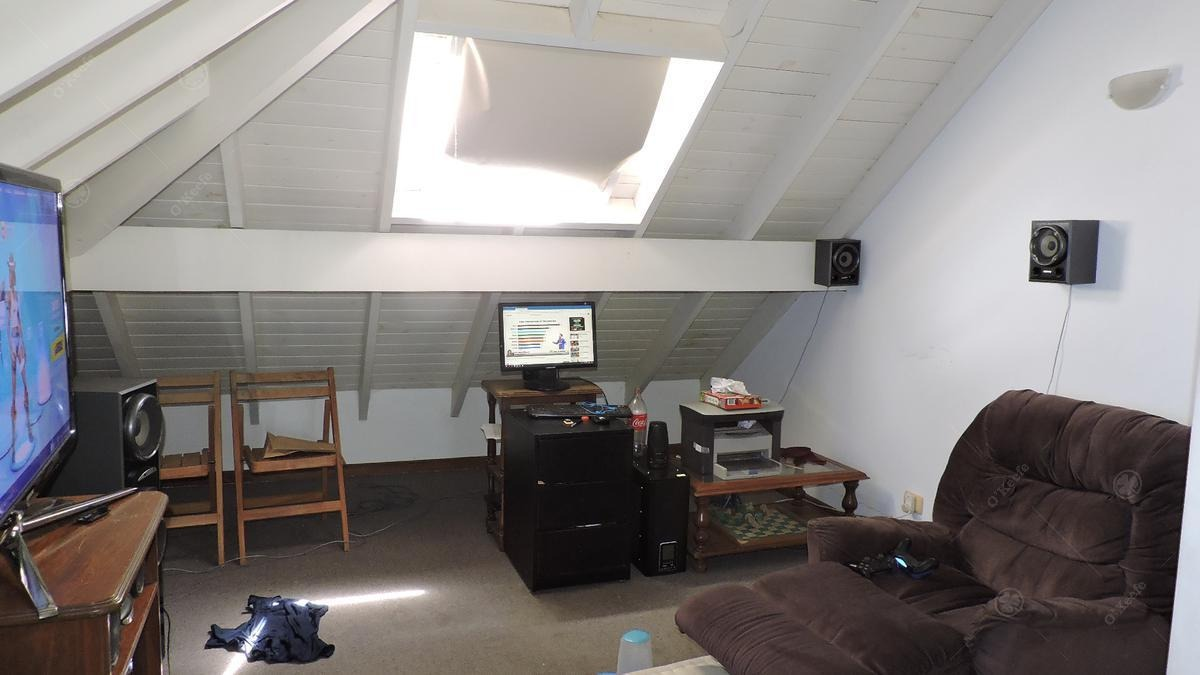 casa en venta de cinco ambientes con fondo verde en abril club de campo