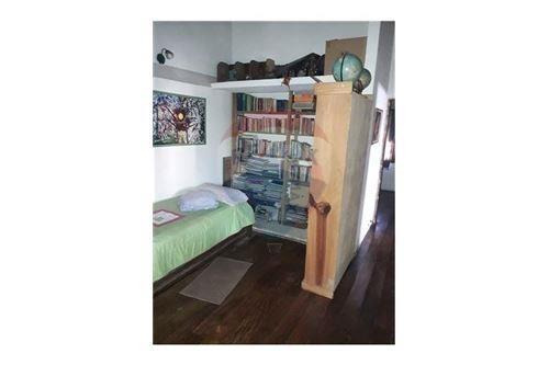 casa en venta de cuatro dormitorios. gorina, l.p.