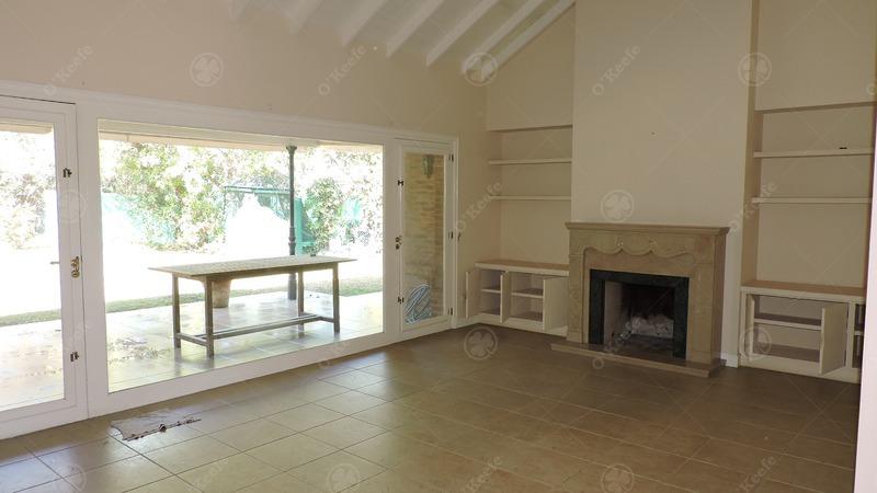 casa en venta de estilo clasico desarrollada en una planta de cuatro ambientes
