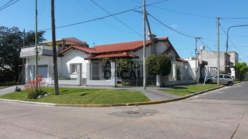 casa en venta en 511 esq. 10 la plata - alberto dacal propiedades
