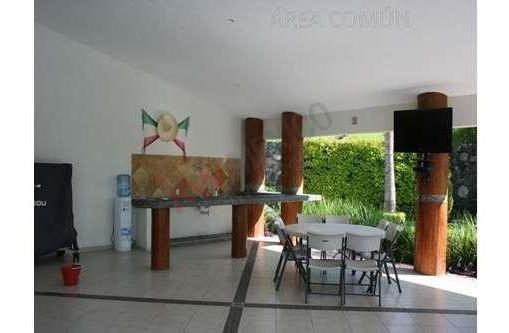 casa en venta en condominio con alta plusvalia. extensas áreas verdes en área común.