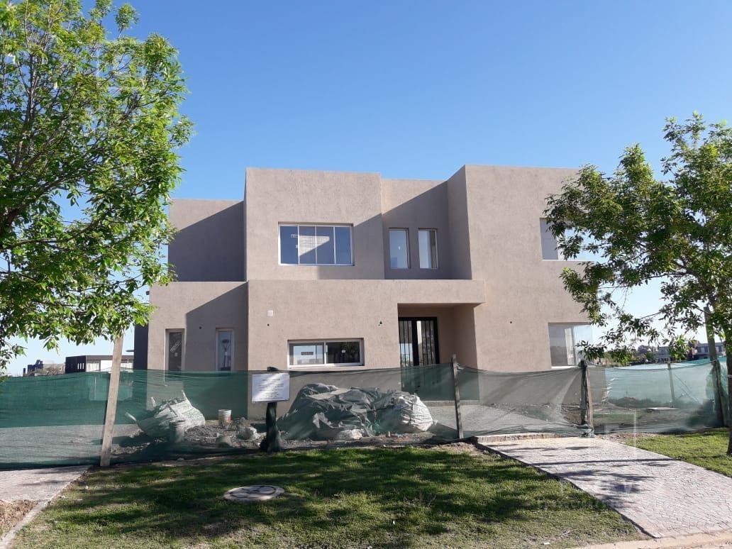 casa en venta en construcción a la laguna, islas - barrio cerrado el canton, escobar
