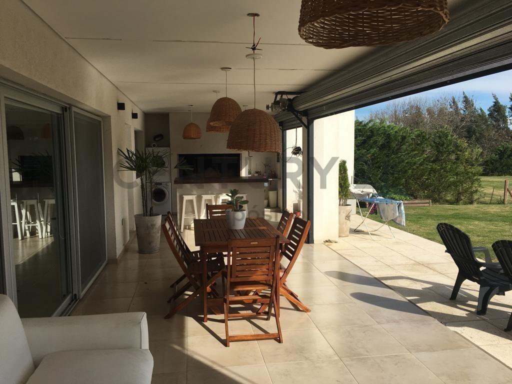 casa en venta en country  lomas de city bell