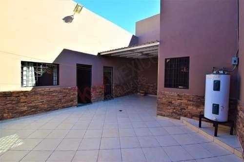 casa en venta en cuauhtémoc nte. mexicali bc con amplia cochera y almacén ideal para espacios de inversión