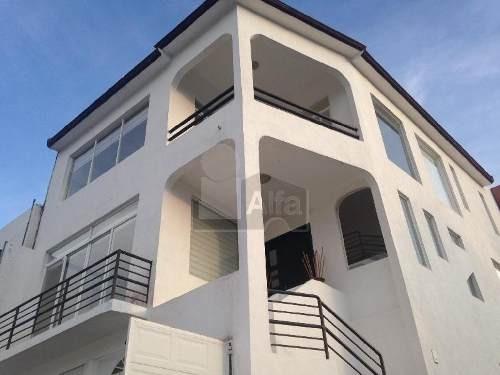 casa en venta en cumbres del cimatario con alberca propia y amplios espacios