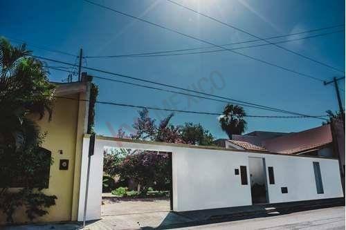 casa en venta en el norte de  mérida con  piscina y amplios  jardines