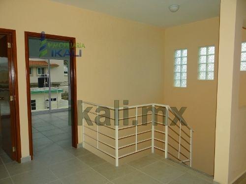 casa en venta en jardines de tuxpan veracruz, ubicada en la calle rio palmas #74, la casa en venta en jardines esta nueva y tiene una hermosa fachada en color blanco y verde con estilo moderno, cuent
