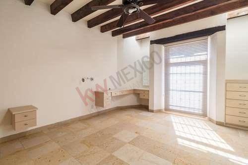 casa en venta, en jurica, querétaro. de un piso con jardín arbolado.