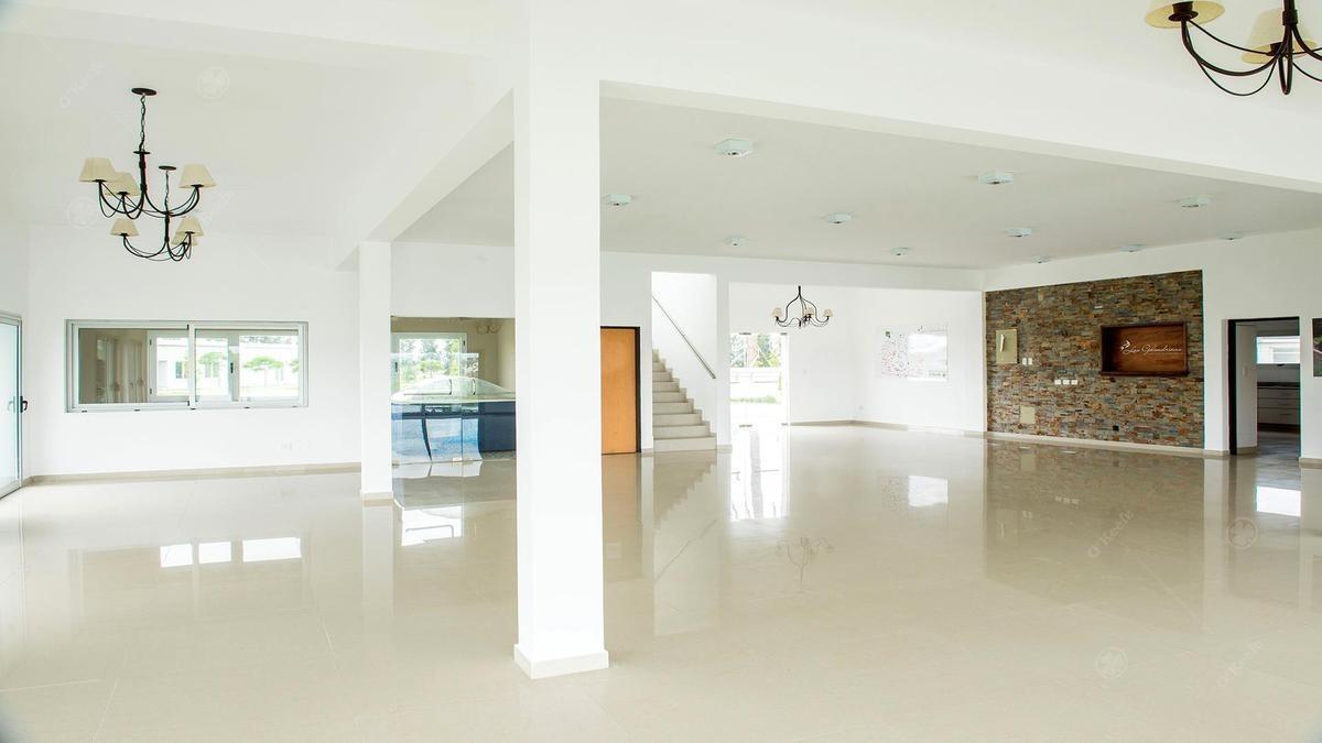 casa en venta en las golondrinas de cinco ambientes a estrenar con fondo a laguna