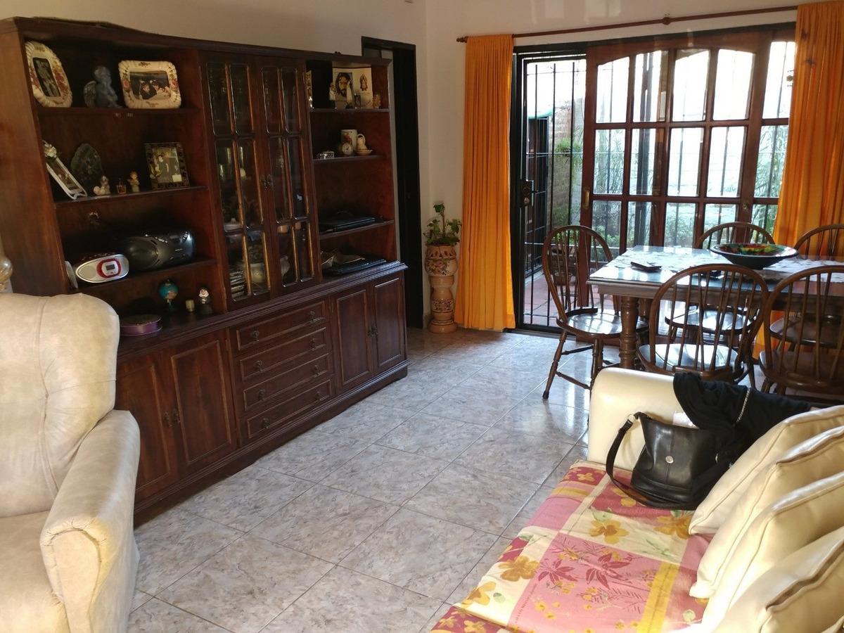 casa en venta en lujan con departamento
