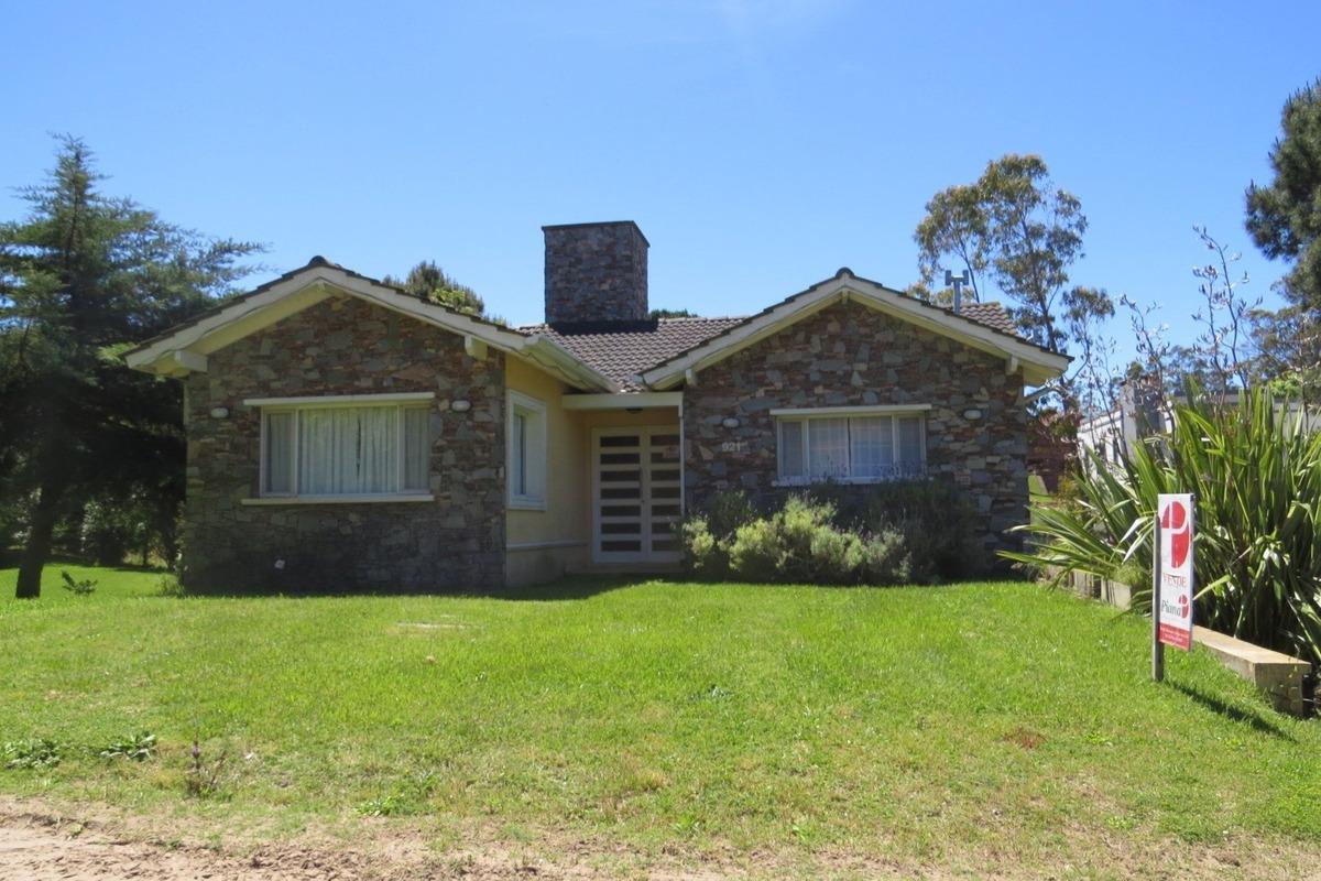 casa en venta en pinamar-5 ambientes-3 baños-garage/salon-gas natural