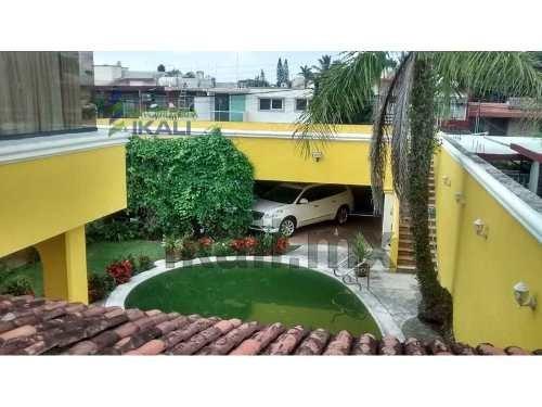 casa en venta jardines tuxpan ver. ubicada en río cazones #31 colonia jardines de tuxpan, de 3 pisos, cuenta con 4 recamaras con acabados de piso de duelas en las recámaras, 6.5 baños, alberca, ciste
