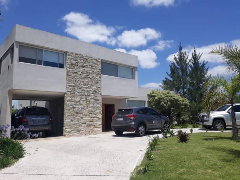 casa en venta sobre lote interno. hermosa propiedad de 200 mts. cubiertos.santa teresa. villanueva.