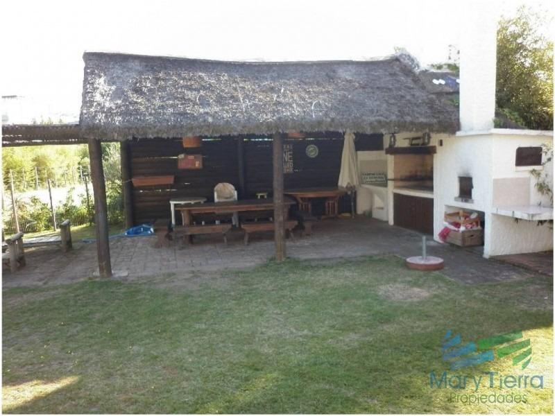 casa en venta y alquiler!!!    ubicado en pinares a solo 100m del mar-ref:1856