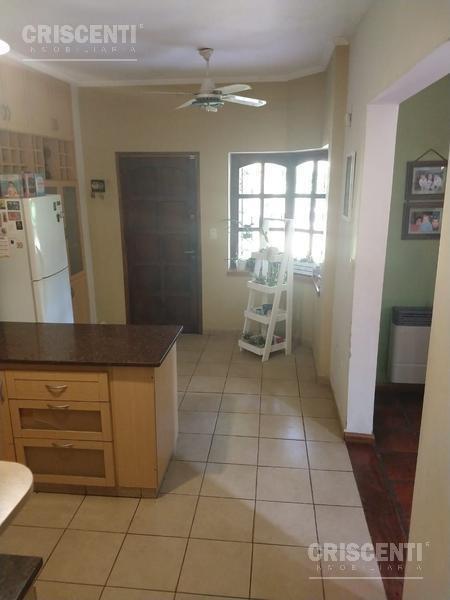 casa en zona residencial de fisherton 4 dormitorios