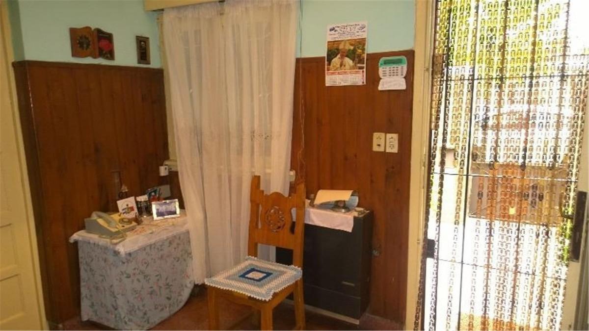 casa entera de 3 ambientes, cochera cubierta, patio, jardín