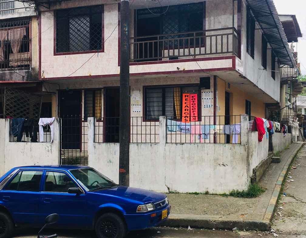 casa eskinera de dos pisos independiente para negocio