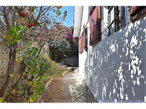 casa esquina, con gran terreno, muy central en quilpue. totalmente independiente.