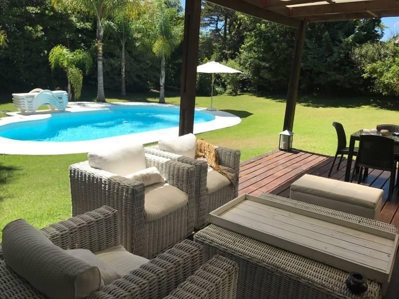 casa estilo mediterraneo con incredibile parque en alquiler en el barrio beverly hills enpunta del e