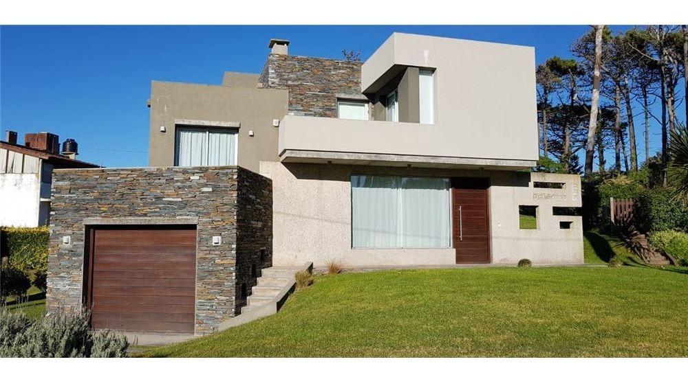 casa estilo minimalista a metros del mar