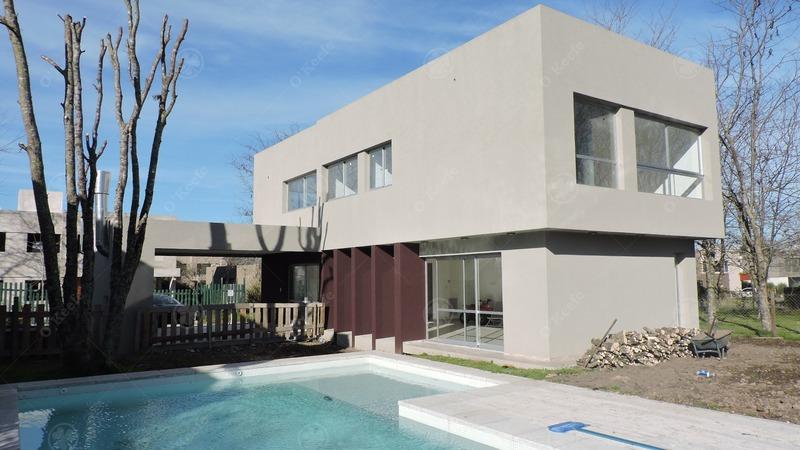 casa estilo moderno en venta con amplios ventanales