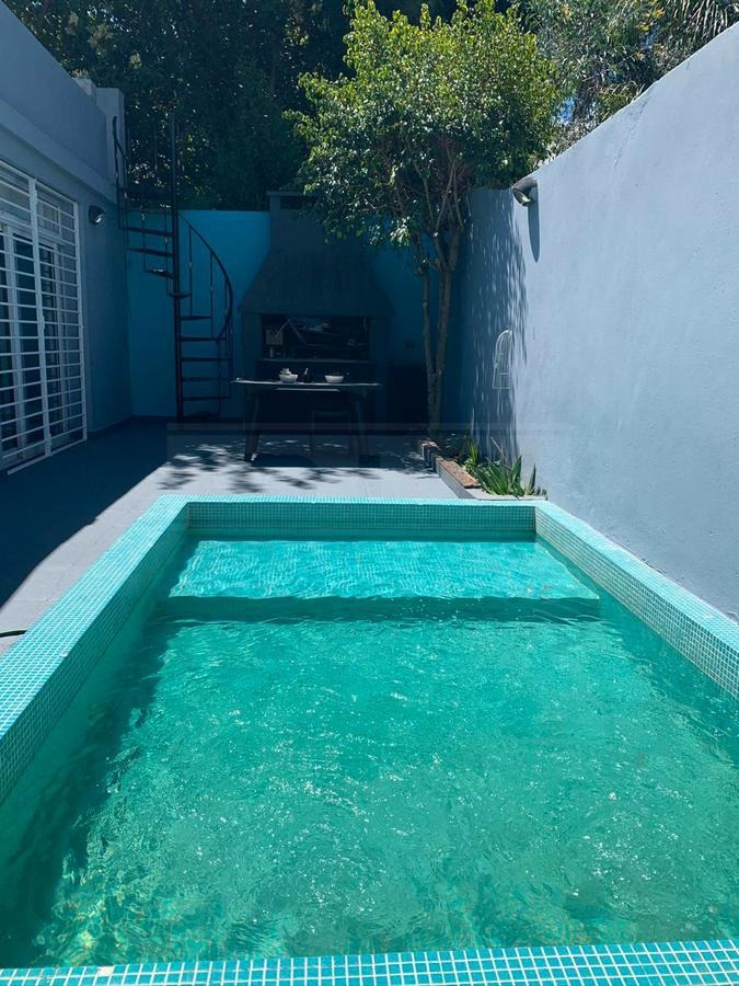 casa excelente categoría con patio terraza piscina play  y suite ubicada  olivos