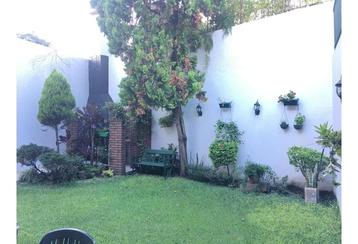 casa excelente estado 4 ambientes con jardin
