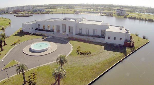 casa excelente ubicación, solo un vecino y construida en lote a la laguna.